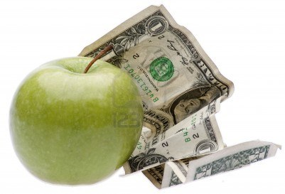 6426000-una-manzana-con-dinero-simboliza-el-costo-involucrado-en-alimentos-la-educacion-o-el-cuidado-de-la-s